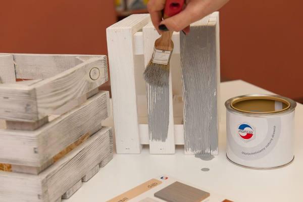 Zdjecie skrzynki malowanej olejem popielatym