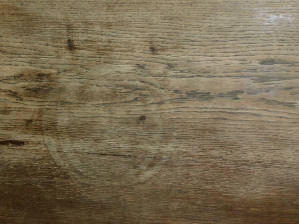 zdjecie biurka widoczne uszkodzenie