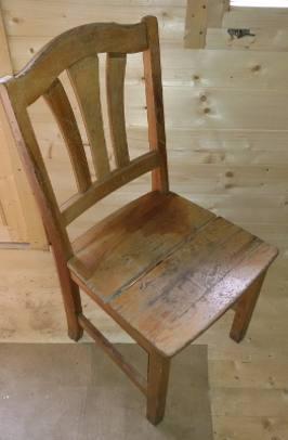 Zdjecie sosnowego krzesla przed renowacja