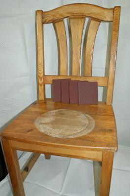 zdjecie krzesla zniszczone siedzisko