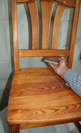 Zdjecie krzesla sosnowego po lakierowaniu