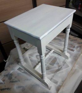 zdjecie stolika wybarwionego